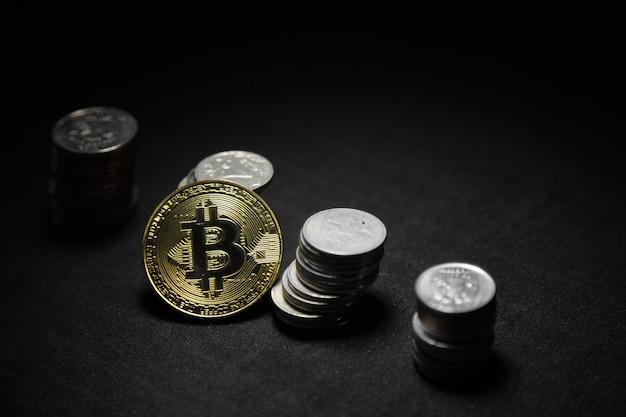 Złoty Bitcoin Z Tłem Monet Pieniędzy. Bitcoin Kryptowaluta Bankowość Biznesowa Technologia Transferu Pieniędzy Premium Zdjęcia