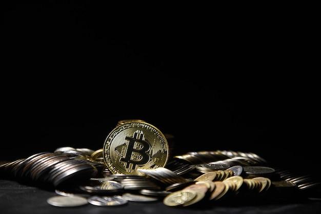 Złoty bitcoin z tłem monet pieniędzy. koncepcyjne obraz kryptowaluty.