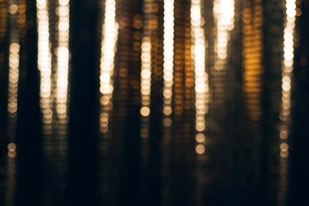 Złoty błyszczący materiał z cekinami, blured streszczenie tło.