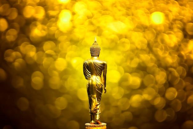 Złoty budda stojący z powrotem