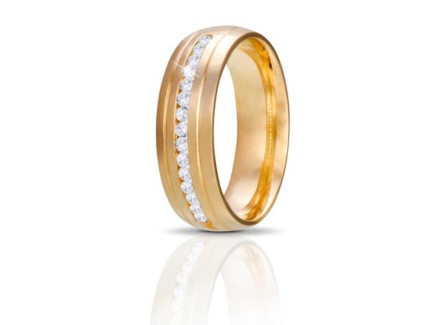Złoty diamentowy pierścionek odizolowywający na bielu