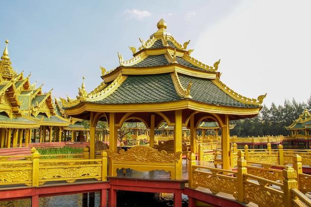 Złoty duży pawilon na wodzie w azji