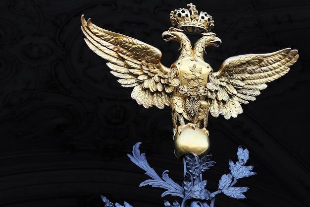 Złoty dwugłowy orzeł na bramach pałacu zimowego. petersburg