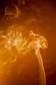 Złoty dym na czarnym tle