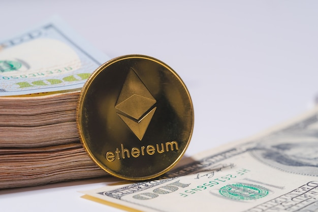 Złoty ethereum eth w zestawie z monetą kryptowaluty na stosie sto dolarów pieniądze amerykańska technologia blockchain przyszłe pieniądze zbliżenie i makro w tle
