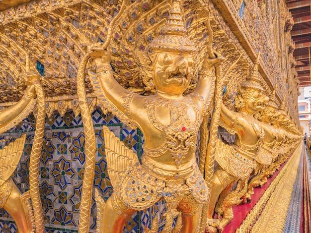 Złoty garuda w świątyni wat phrakaew bangkok tajlandia.