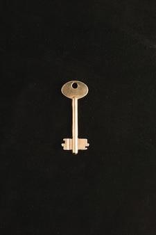 Złoty klucz na ciemnym tle