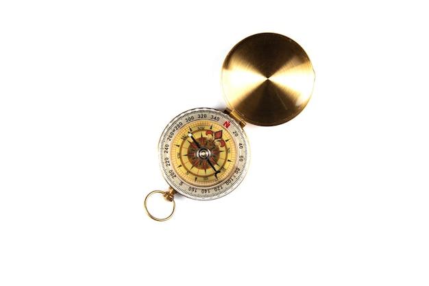 Złoty kompas na białej powierzchni