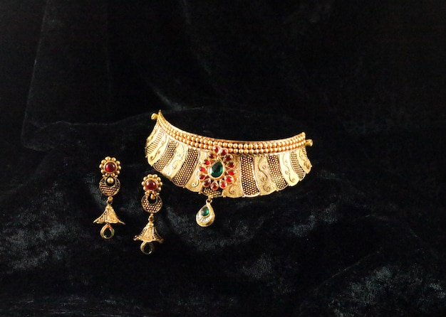 Złoty komplet biżuterii ślubnej