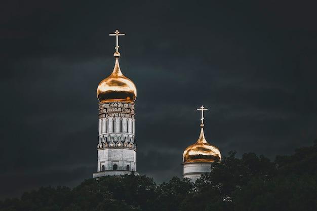 Złoty kościół chrześcijański na tle ciemnego nieba