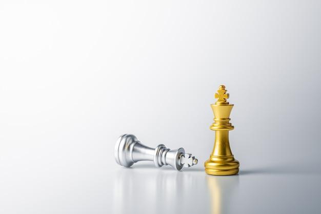 Złoty król szachy stojący przed srebrnym królem szachy porażka