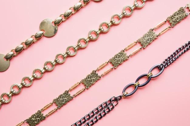 Złoty łańcuch na różowym tle.