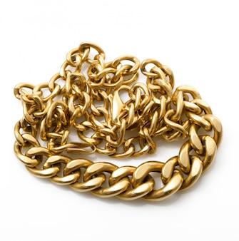 Złoty łańcuszek na białym tle