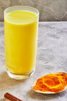 Złoty latte kurkuma zdrowy napój w szklanej filiżance