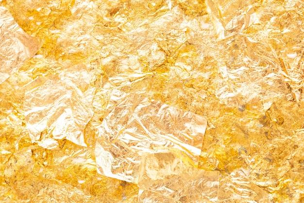 Złoty liść na tle ściany