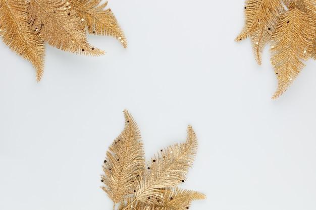 Złoty liść palmowy na białym tle