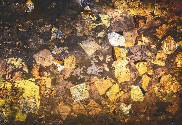 Złoty liść tekstury tło na posągu buddy w świątyni