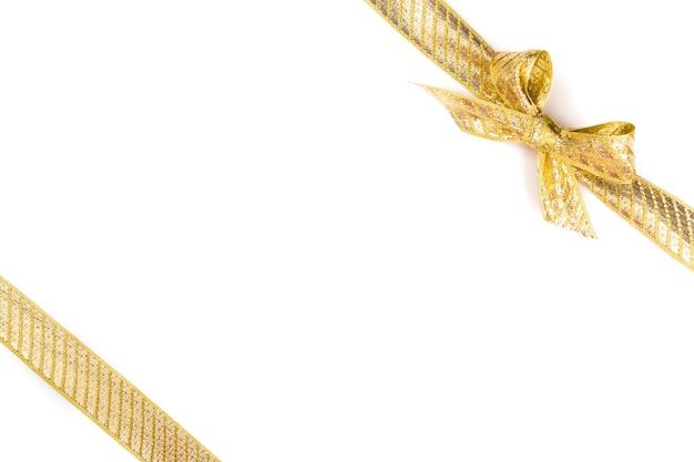 Złoty łuk na białym tle na białej powierzchni