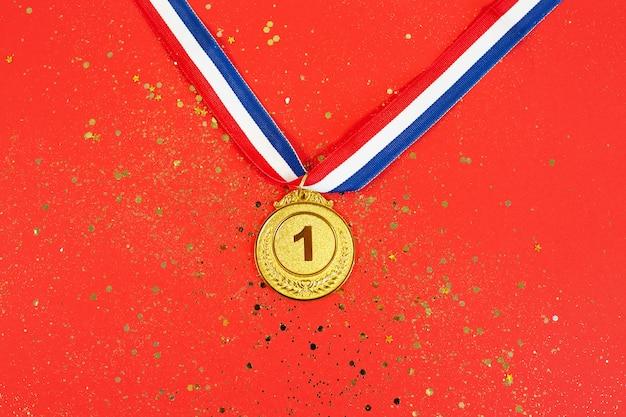 Złoty medal 1 miejsce ze wstążką na czerwono