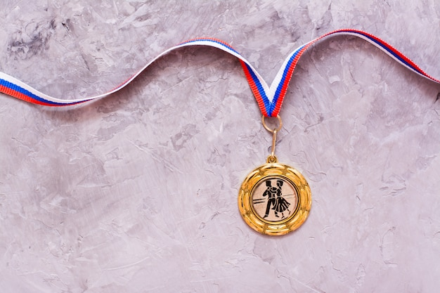 Złoty medal na szarym tle