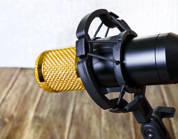 Złoty mikrofon pojemnościowy z plastikowym uchwytem