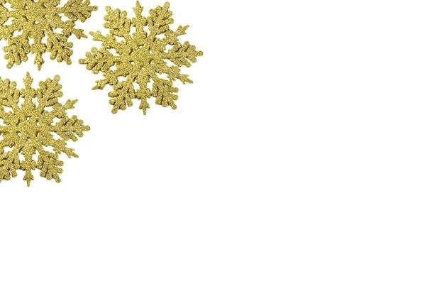 Złoty ornament śnieżynki. boże narodzenie tło z złote płatki śniegu na białym.