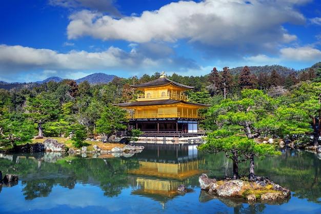 Złoty pawilon. świątynia kinkakuji w kioto w japonii.