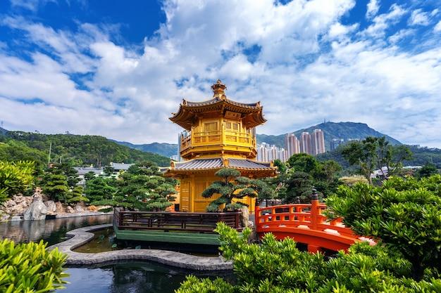 Złoty pawilon w ogrodzie nan lian w pobliżu świątyni chi lin nunnery, hong kong.