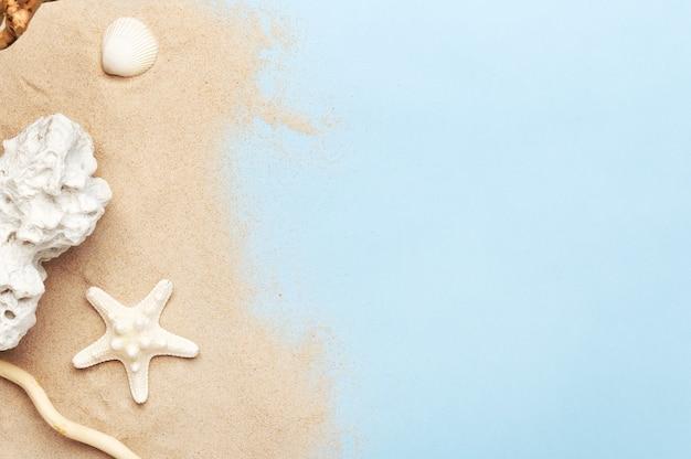 Złoty piasek i morskie dekoracje. muszla, rozgwiazda i kamień morski. skopiuj miejsce