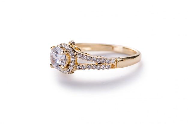 Złoty pierścionek odizolowywający na białym tle