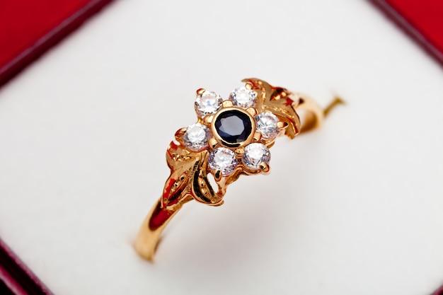 Złoty pierścionek z białymi i niebieskim cyrkoniami zaczarowanymi