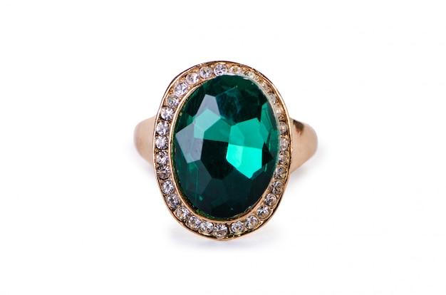 Złoty pierścionek z biżuterią na białym tle