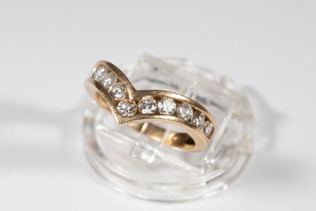 Złoty pierścionek z brylantami. akcesorium żeńskie jest na białym tle. biżuteria jako prezent