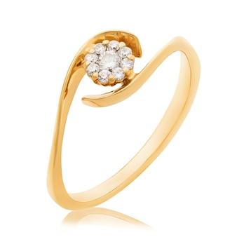Złoty pierścionek z diamentami na białym zdjęciu powierzchni zrobionym przez układanie