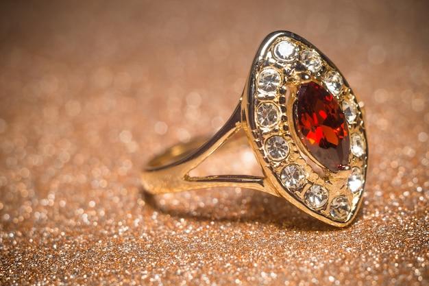 Złoty pierścionek z granatem
