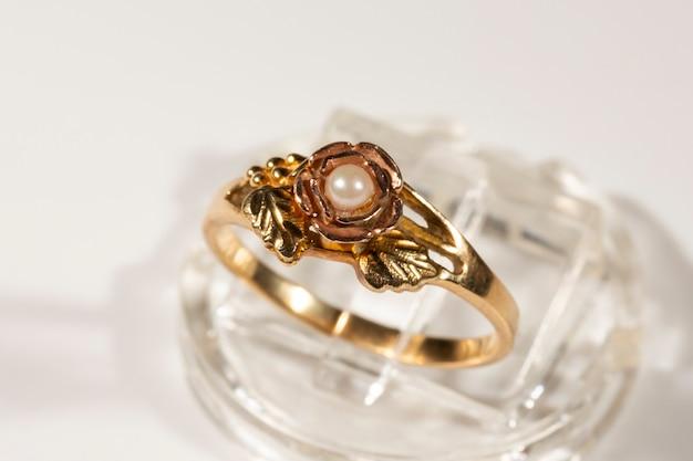 Złoty pierścionek z małą perełką. model pierścienia black hills, liście i kiście winogron