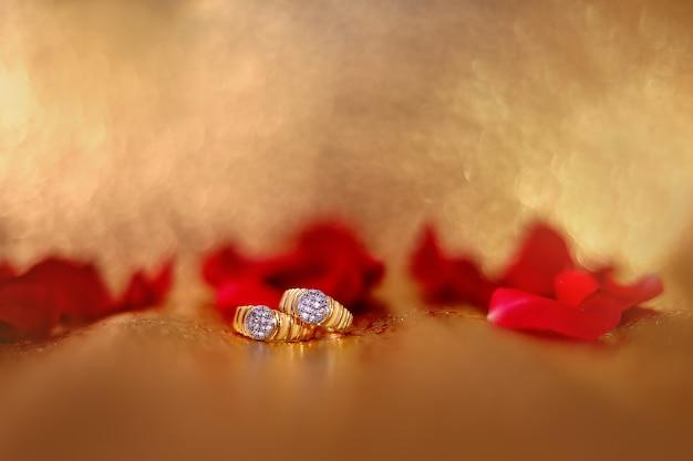 Złoty pierścionek zaręczynowy z czerwonym kwiatem róży