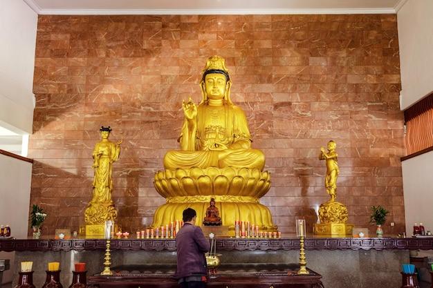 Złoty posąg kwan-yin w kościele na wyspie batam