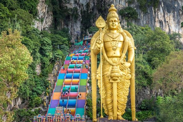 Złoty posąg w jaskiniach batu w kuala lumpur