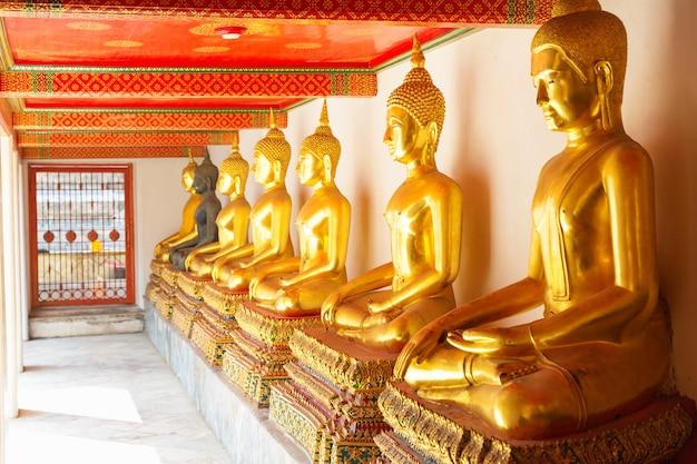 Złoty posąg w świątyni wat po