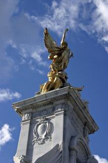 Złoty posąg z boku