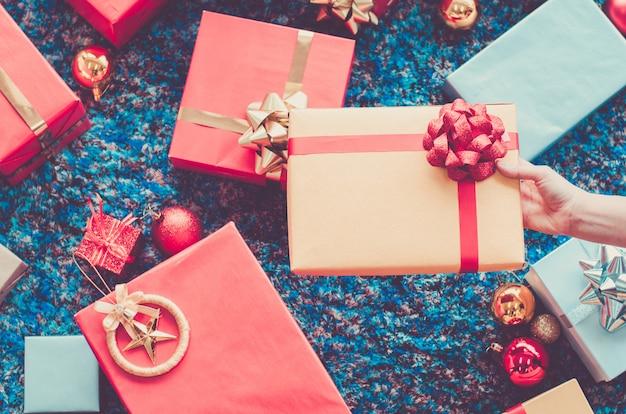 Złoty prezenta pudełko i czerwony faborek na koloru tle