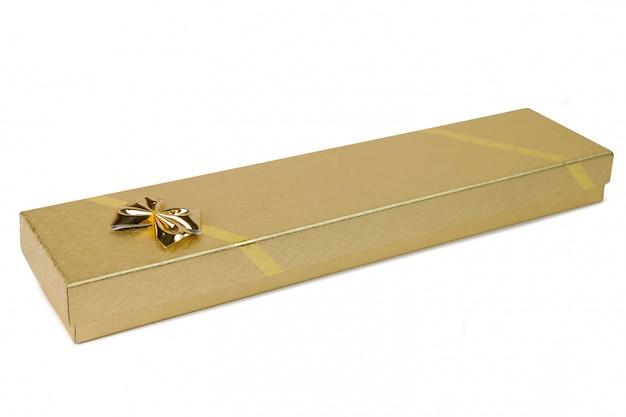 Złoty prezenta pudełko z złotym faborkiem odizolowywającym