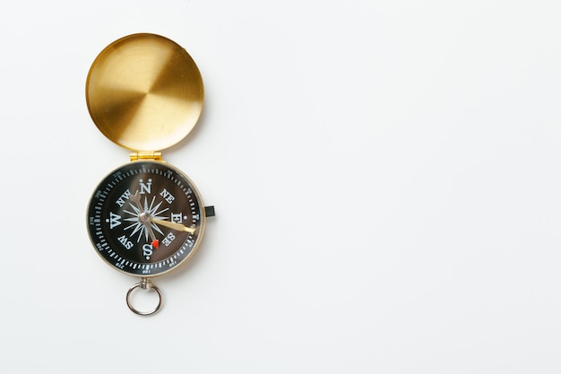 Złoty rocznika kompas odizolowywający na białym tle