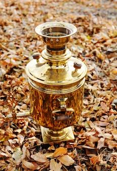 Złoty samowar na tle jesień liście