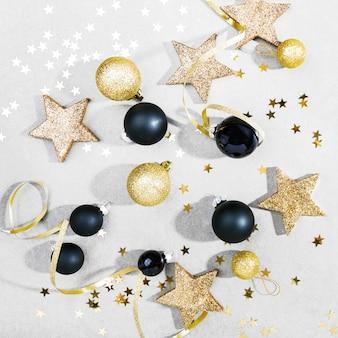 Złoty srebrny christmas deco na szaro