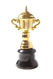 Złoty trofeum odizolowywający na białym tle. zwycięskie nagrody.