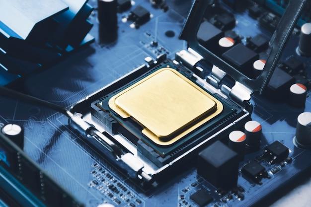 Złoty układ procesora cpu w gnieździe złącza na płycie głównej komputera i komponencie;