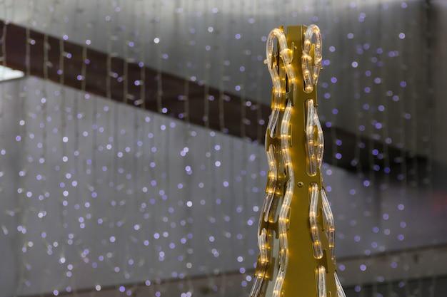 Złoty wierzchołek choinki ze światłami centrum handlowe zimowe wakacje koncepcja dekoracji