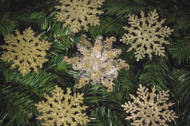 Złoty wzór płatki śniegu boże narodzenie na białym tle na choinkę.